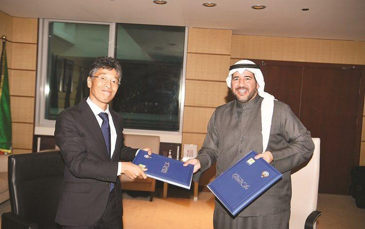 الشيخ عبدالله الأحمد خلال تبادل الاتفاقية مع ممثل الشركة اليابانية (قاسم باشا)