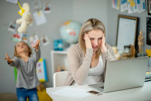 : كيف توازن الأمهات بين رعاية الأطفال والعمل في ظل تفشي فيروس كورونا ؟