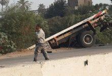 صورة إصابة شخصين إثر انقلاب سيارة نقل ثقيل محملة بالقمح في الإسكندرية
