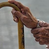 صورة استشاري يقدم نصائح مهمة لحماية كبار السن من التعرض للكسور خلال الشتاء