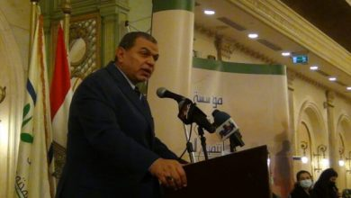 """صورة مبادرة """" هنجملها """" تكرم وزير القوى العاملة المصري"""