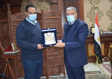 محافظ المنيا يكرم رئيس جهاز المنيا الجديدة السابق