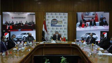 صورة وزير قطاع الأعمال العام يشهد توقيع اتفاقية تصنيع السيارة «نصر» الكهربائية