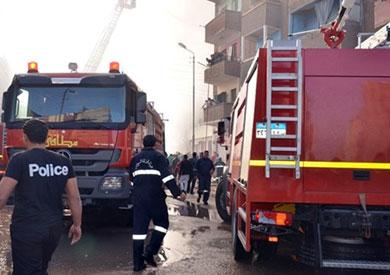 3 سيارات إطفاء تسيطر على حريق بمخزن خشب وسط الإسكندرية