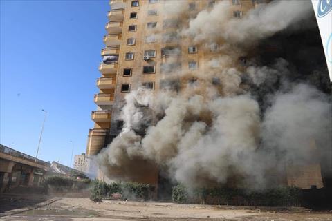 استمرار غلق دائري الهرم جزئيا في منطقة العقار المحترق المهدد بالانهيار