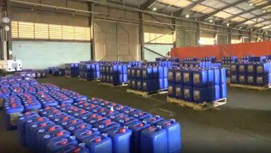 الجمارك تُحبط تهريب 77 ألف لتر مواد أولية تستخدم في صناعة الخمور - أخبار السعودية
