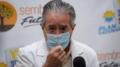 """صورة بعد """"فضيحة"""" توزيع لقاحات كورونا: وزير الصحة في الإكوادور يستقيل"""