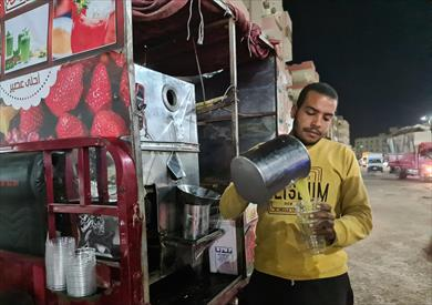 حسين يوسف.. شاب يبدأ رحلة عمل يومية على تروسيكل لبيع عصير القصب بالغردقة