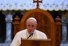صورة البابا فرانسيس يستمع لـ«روايات مؤلمة».. ويحث على الصفح