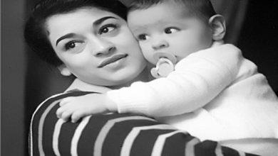 وردة تحمل ابنتها وداد - أرشيفية
