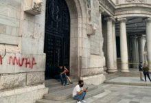 صورة شاب مغربي بالمكسيك مهدد بـ 10 سنوات سجنا بسبب الكتابة علی جدار قصر تاريخي