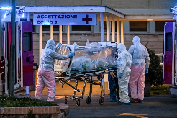 """إيطاليا تسجل أكثر من 15 ألف إصابة بـ""""كوفيد-19"""" .. وتكشف عن نجاح أول عملية زرع قصبة هوائية لمريض كورونا"""