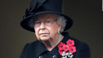 صورة الملكة إليزابيث تستأنف مهامها بعد أربعة أيام على وفاة زوجها