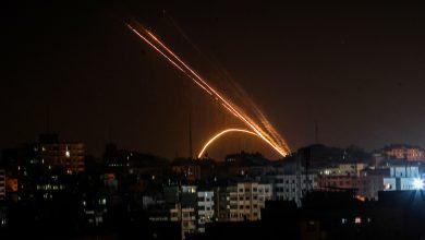 صحيفة عبرية: هذا ما دفع غزة لإطلاق الصواريخ تجاه الغلاف