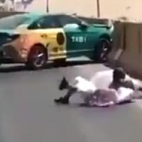 صورة مشاجرة بين سائق تاكسي ومُسن على طريق عام بالرياض (فيديو)