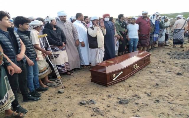 يتقدمهم العميد الحوتري.. المئات يشيعون جثمان الفقيد السلطان الفضلي بزنجبار.