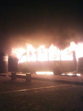 أحد الأتوبيسات والنيران مشتعلة بها