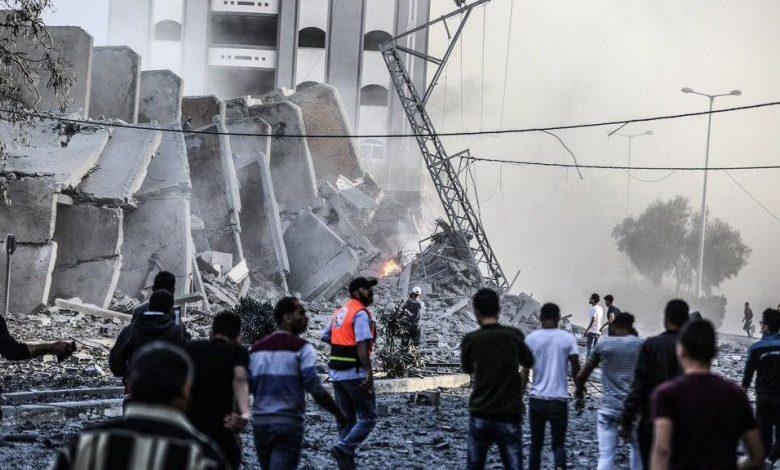 انتشال جثامين 10 شهداء بينهم طفلة قضوا في قصف إسرائيلي بغزة .