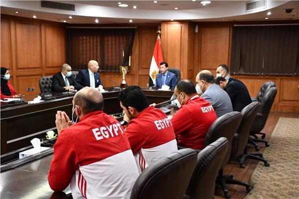 وزير الشباب والرياضة مع بعثة المنتخب المصري للكاراتيه
