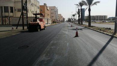 بلدية بيشة تواصل تنفيذ مشروعات سفلتة الطرقات