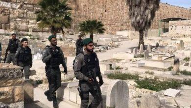 بعد ساعات من دفنها.. الاحتلال ينبش قبر طفلة في الخليل