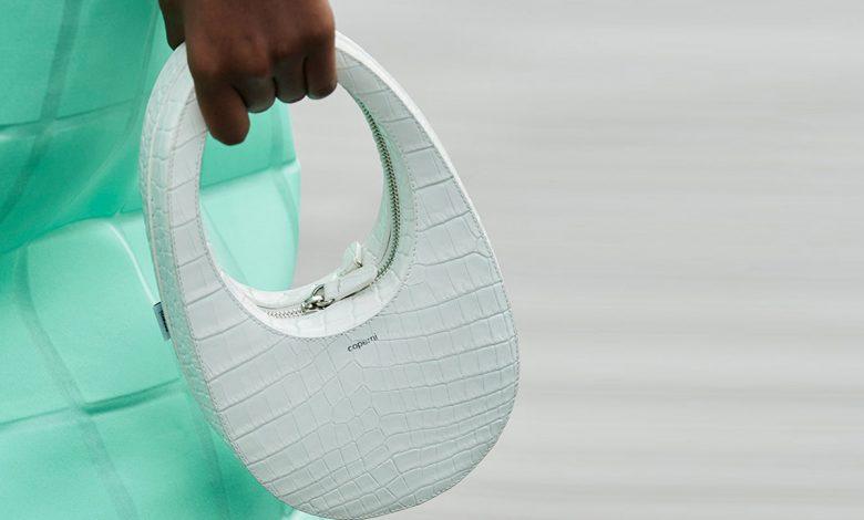 موديلات حقائب يدّ دائرية ملوّنة