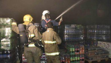 5 فرق إطفاء تسيطر على حريق مخزنين في منطقة الصليبية الزراعية