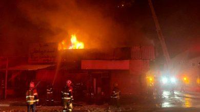 فرق الإطفاء تسيطر على حريق 4 مناجر في الشويخ الصناعية