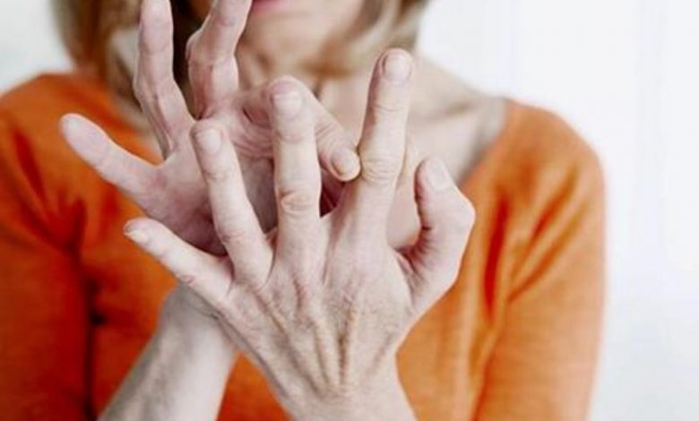 إذا لاحظت هذه العلامة الغريبة على أصابعك فاحذر من مرض خطير