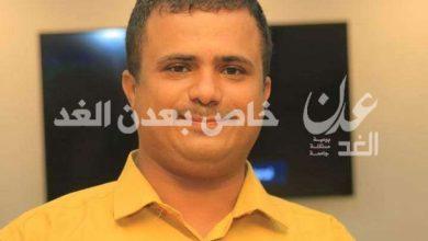 بسبب انهيار العملة .. صحفي يدعو وسائل الاعلام لتجاهل اخبار توزيع كراتين التمر في اليمن
