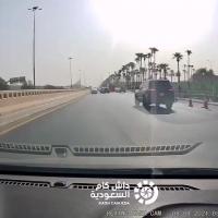 سائق متهور يعبر فوق الرصيف أثناء توقف الإشارة (فيديو)