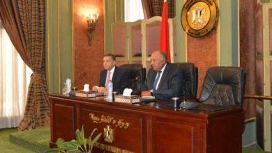 وزير الخارجية مع السفراء المُغادرين