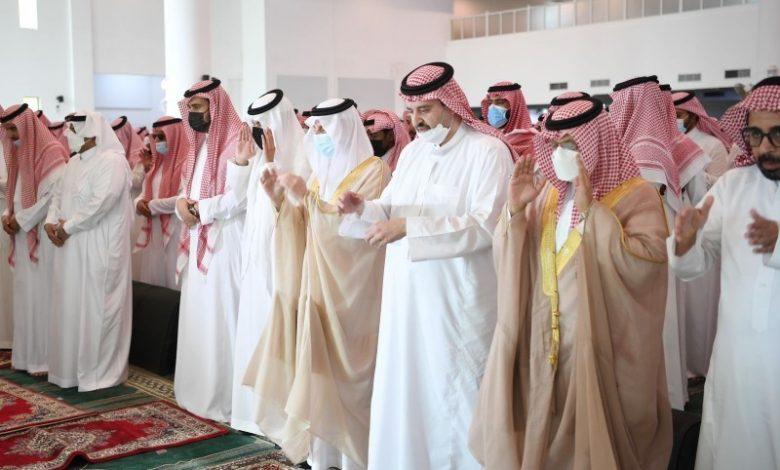 أمير الشرقية ونائب أمير الرياض يؤديان صلاة الميت على والدة الأمير عبد العزيز بن عبد الرحمن - أخبار السعودية