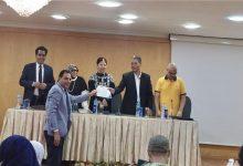 الصحفي كرم من الله السيد أثناء تكريمه لفوز قصته بجائزة الكتاب الذهبي