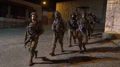 قوات الاحتلال تعتقل 15 فلسطينياً من الضفة والقدس بينهم سيدة
