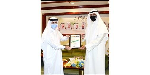 محافظ الأحمدي يتسلم الجائزة الدولية للتميز في المسؤولية الاجتماعية لعام 2021