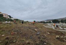 شبان يبادرون إلى تنظيف مقبرة مدينة أزغنغان