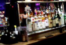 """إغلاق الحانات وقلة السياح يهددان معاملات شركات """"المشروبات الكحولية"""""""